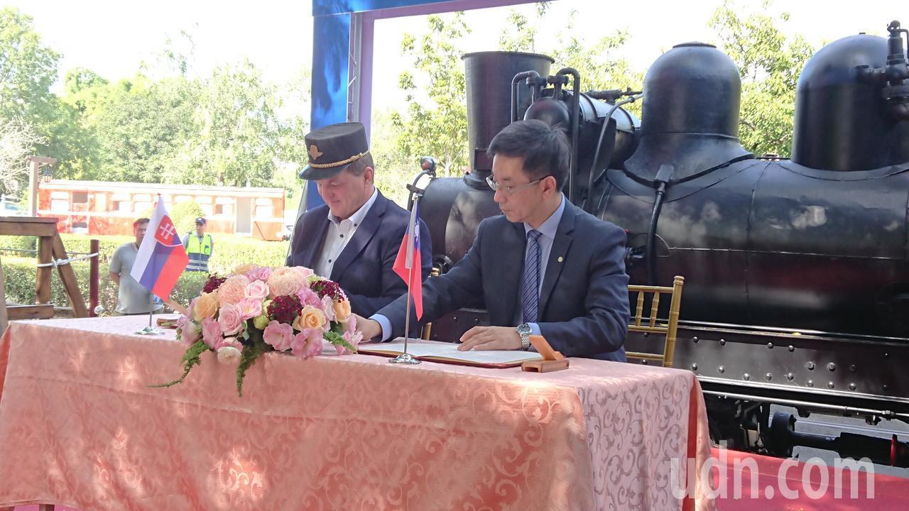 林務局長林華慶(右),昨天與切尼赫榮林鐵主席阿斯畢列克簽署合作意向書。記者卜敏正...