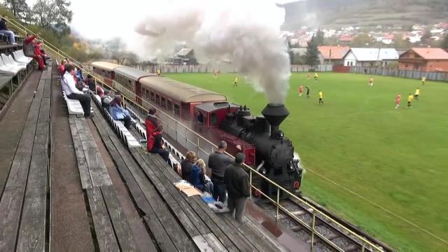 斯洛伐克切尼赫榮林鐵路線,會穿越球場與觀眾席間,火車上乘客可以看球賽,球員、觀眾...