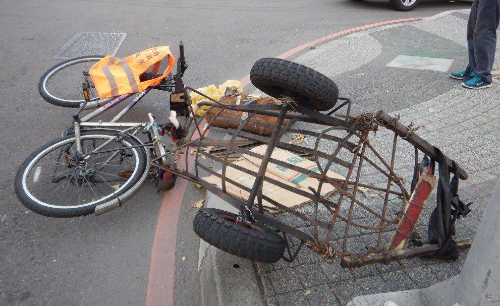 轎車撞倒腳踏車,騎士趴在車窗旁理論。記者游振昇/翻攝