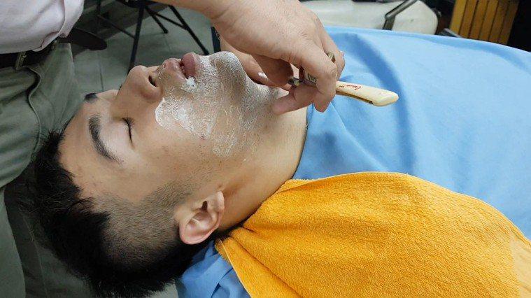 有些中老年男性習慣在傳統理髮店刮鬍。提供/台灣肝病醫療策進會