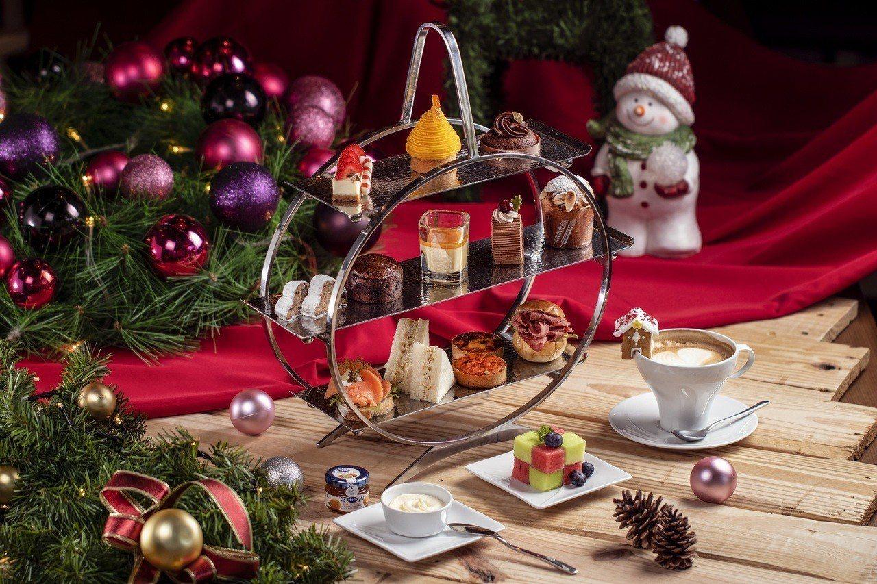 迎接歡樂耶誕節,台南大員皇冠假日酒店大玩創意,在大廳擺上5坪大型薑餅屋、5尺高的...