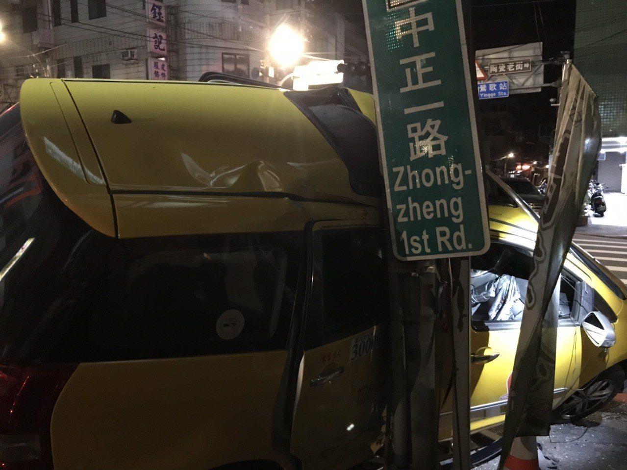 計程車被黑色轎車攔腰推撞到路邊。記者林昭彰/翻攝