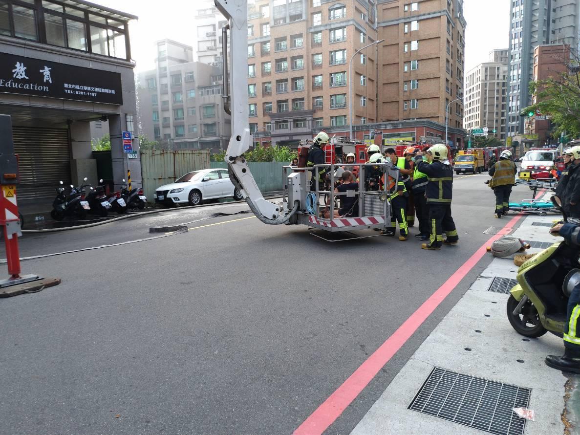 蘆洲區長樂路今天上午發生民宅火警,消防隊用雲梯車疏散人員。記者林昭彰/翻攝