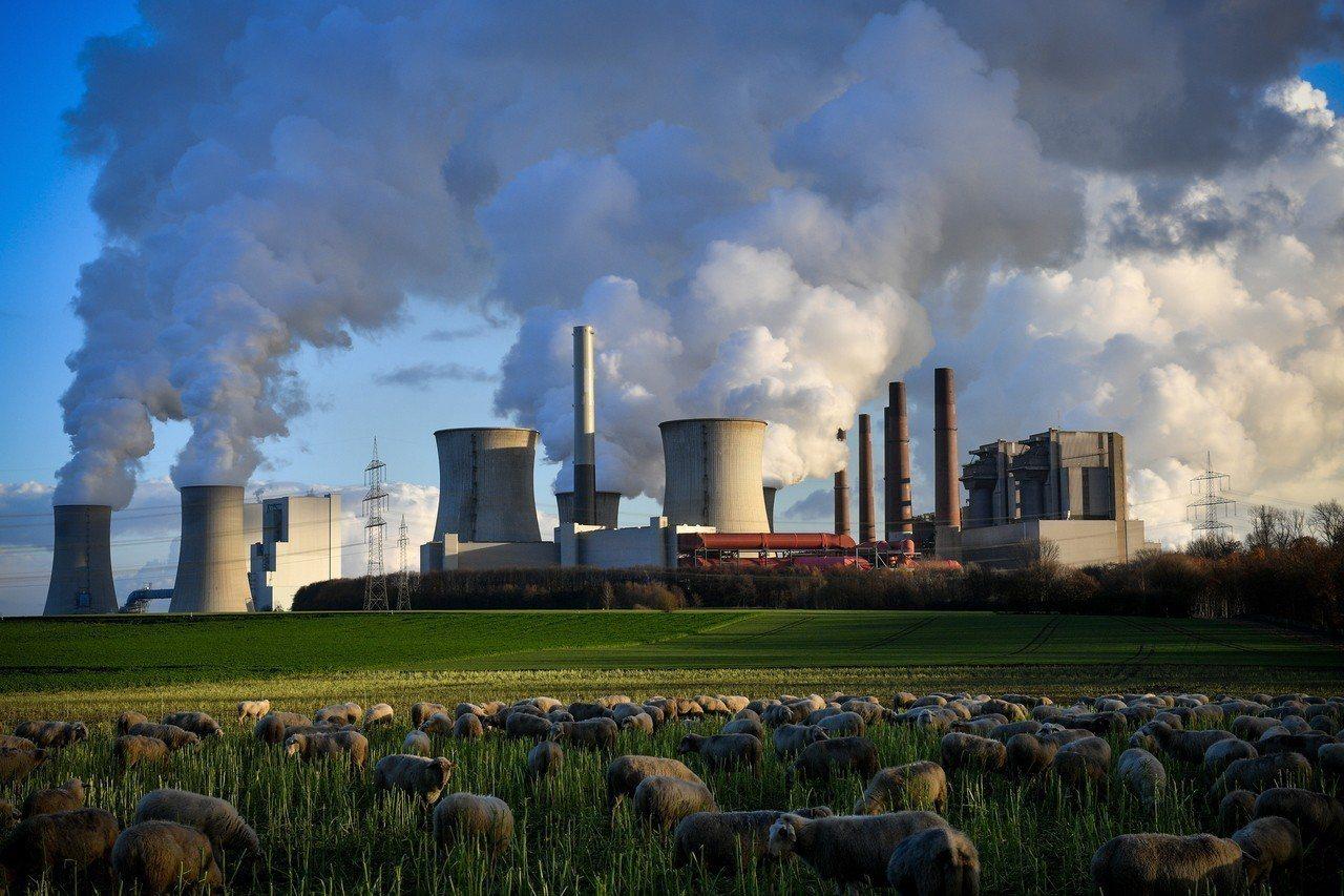 2018年的全球二氧化碳排放估計上升2.7%,圖為德國貝格海姆市的燃煤發電廠。歐...