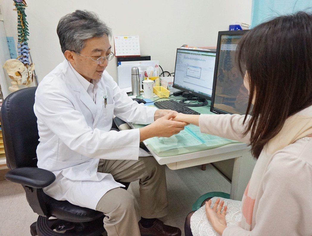 醫師檢查病患關節,確認是否因紅斑性狼瘡引起關節腫脹情況。 (圖非新聞當事人) ...