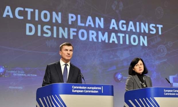 歐盟執行委員會副主席安西普(左)5日宣布加強因應俄羅斯的假新聞威脅。美聯社