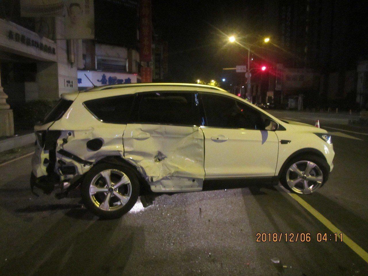 白色休旅車中清路迴轉與黑色BMW發生碰撞,休旅車右側車身嚴重凹陷。記者林佩均/翻...