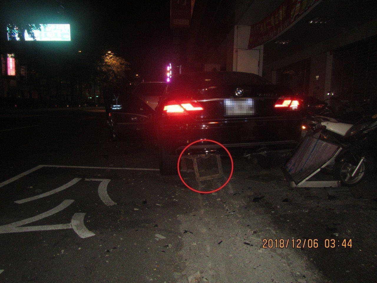路旁「頂賴厝」站牌(紅色圓圈處)遭連根拔起,卡在黑車BMW底盤,黑車再撞擊前方兩...