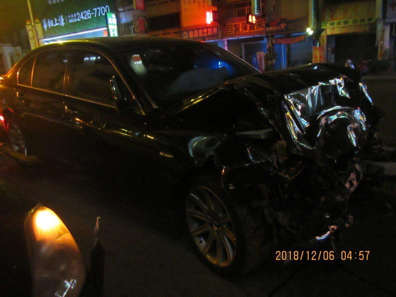 黑色BMW疑因車速過快,車頭幾乎全毀。記者林佩均/翻攝