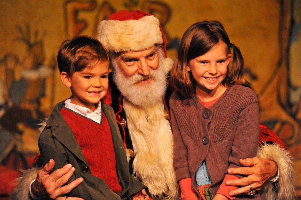 耶誕老人與孩童合照,圖中人物與新聞無關。新華社