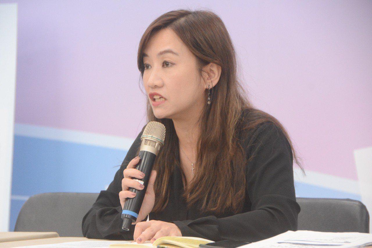 高市準新聞局長王淺秋說明新任市長韓國瑜就職日即拚經濟的行動力。記者楊濡嘉/攝影
