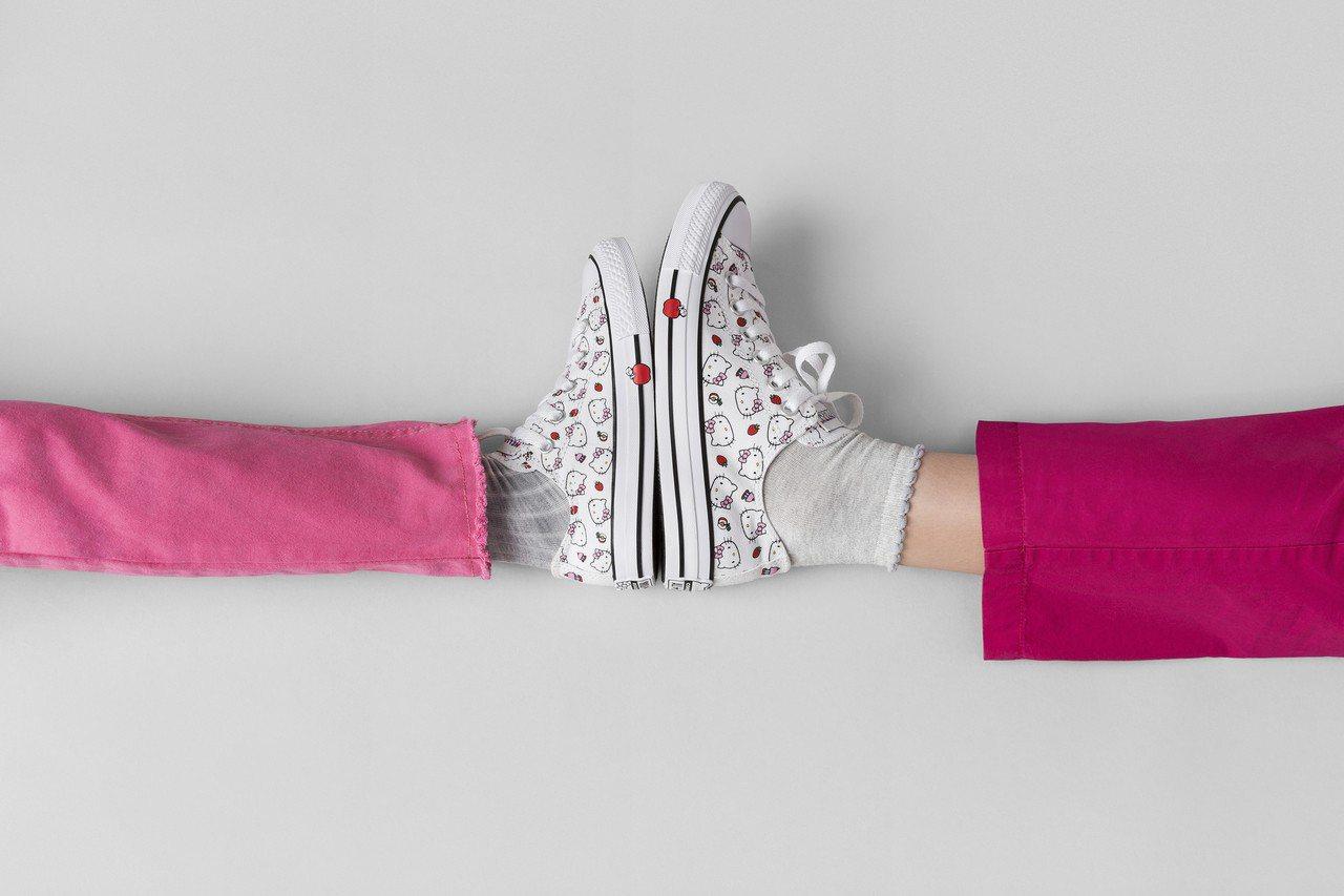Converse繼今年夏天與Hello Kitty聯手之後,這個冬季再度推出全新...