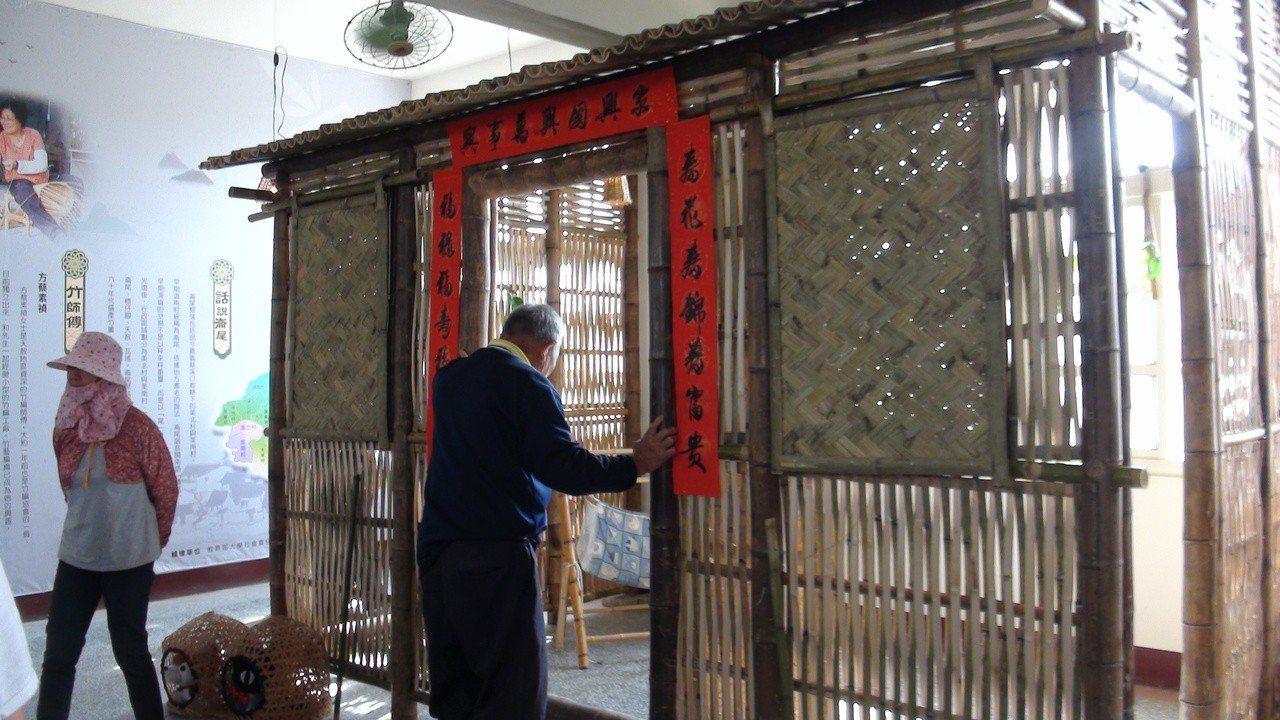 美林國小展示一間竹編屋。記者謝恩得/攝影