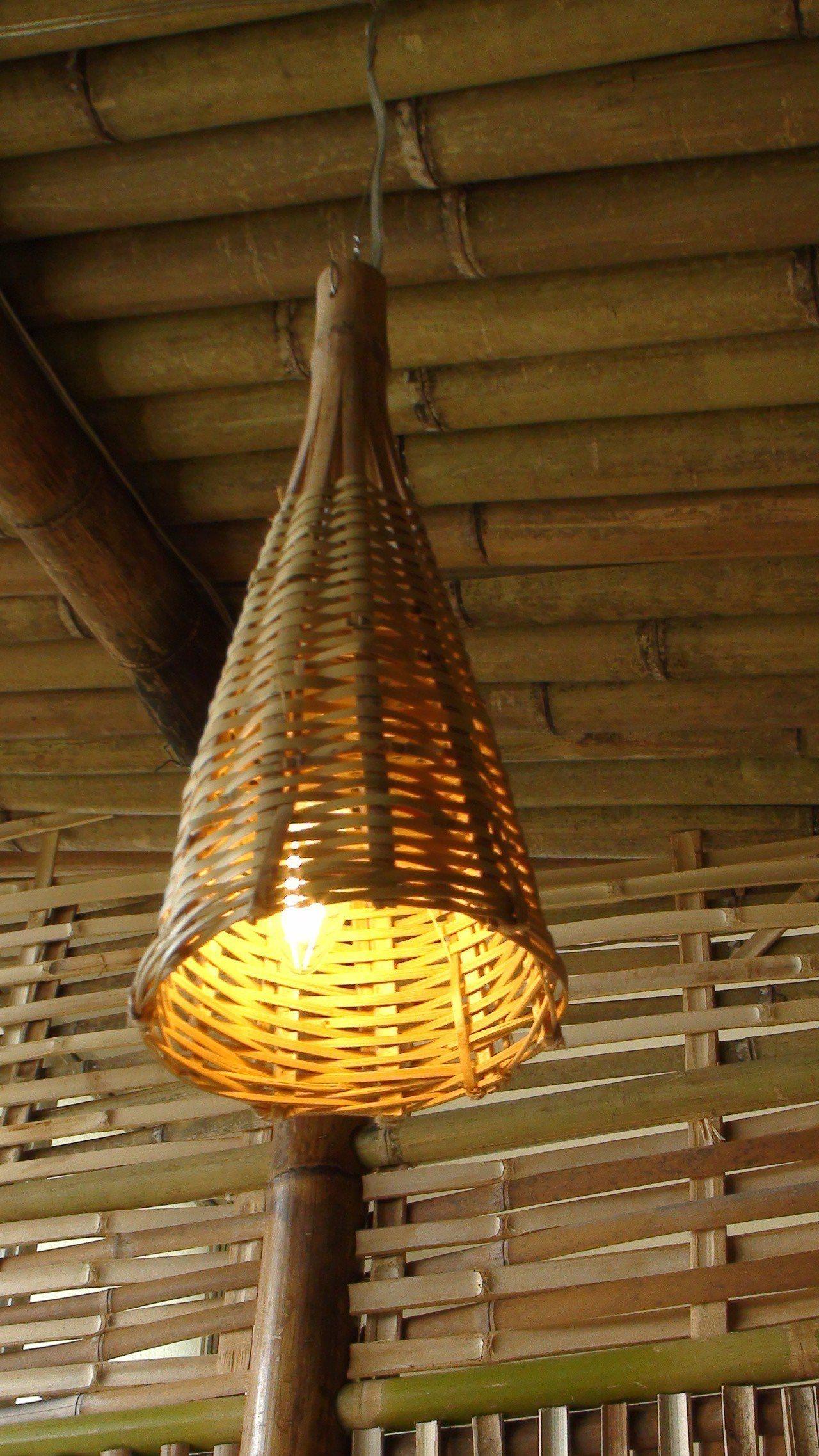 師生和老師傅共同設計新的竹編商品。記者謝恩得/攝影
