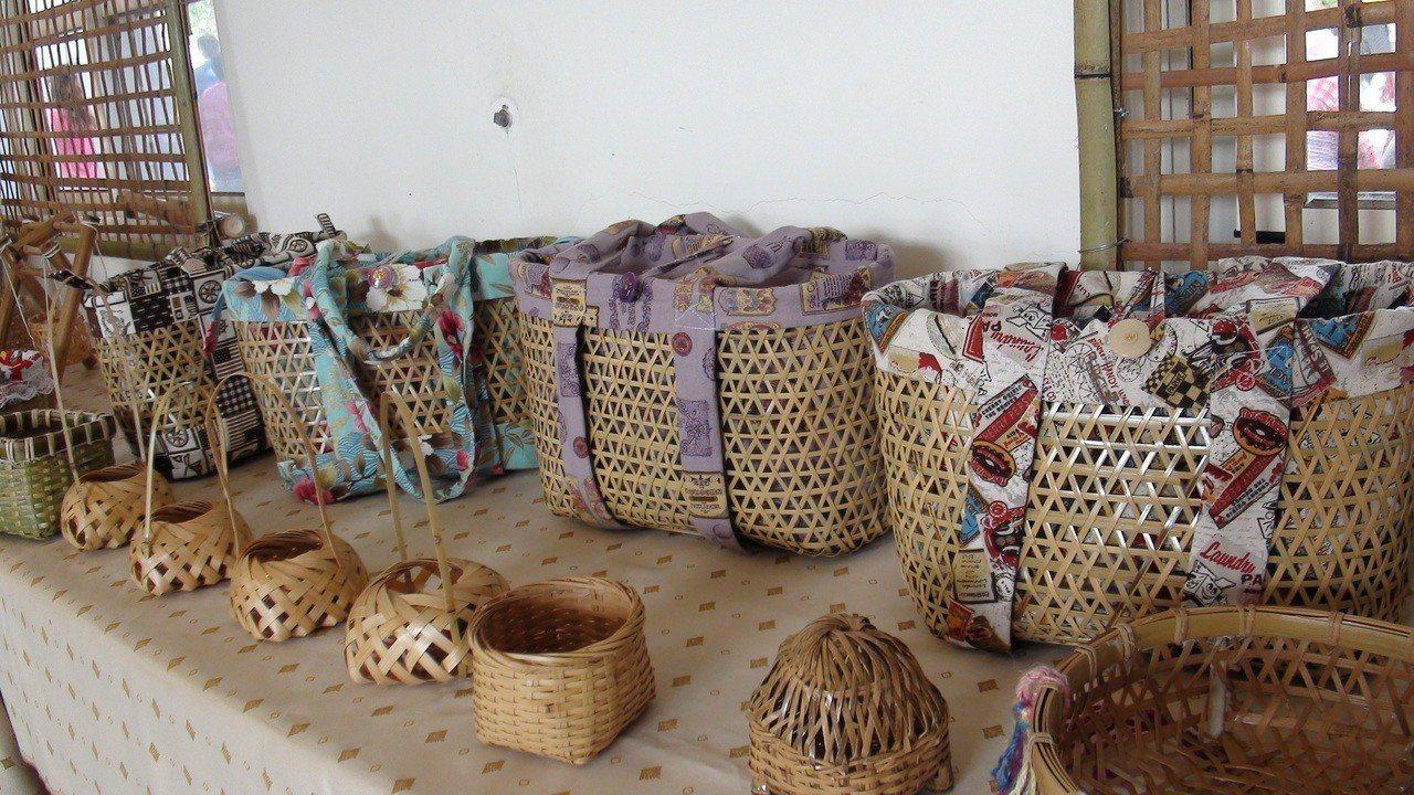 竹編師傅方蔡素楨做的提籃已打進市場展售。記者謝恩得/攝影
