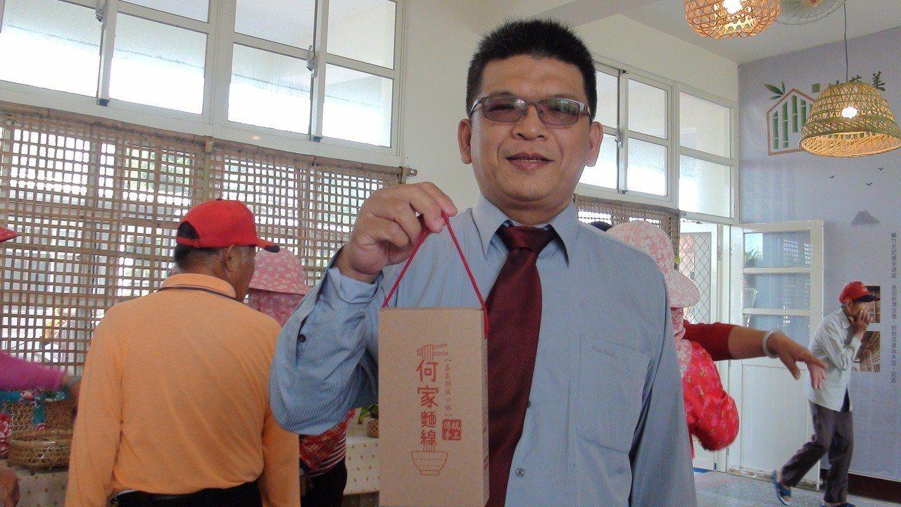 吳鳳科大老師蕭紋旭展示師生為傳統手工麵線設計的伴手禮包裝。記者謝恩得/攝影