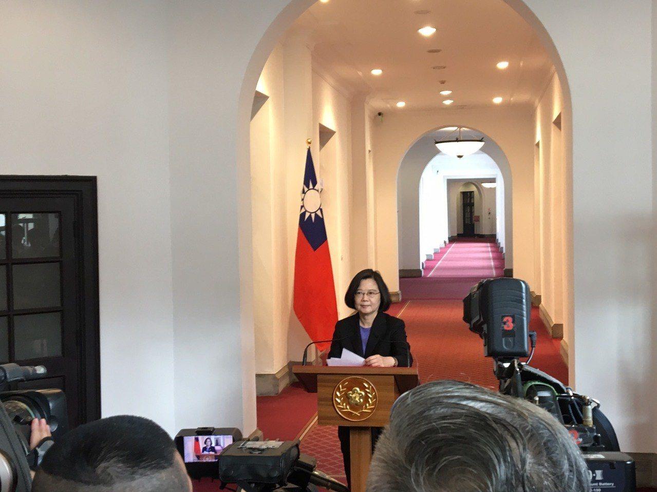 蔡英文總統今天在總統府舉行「迴廊談話」,回應時事議題。記者周佑政/攝影