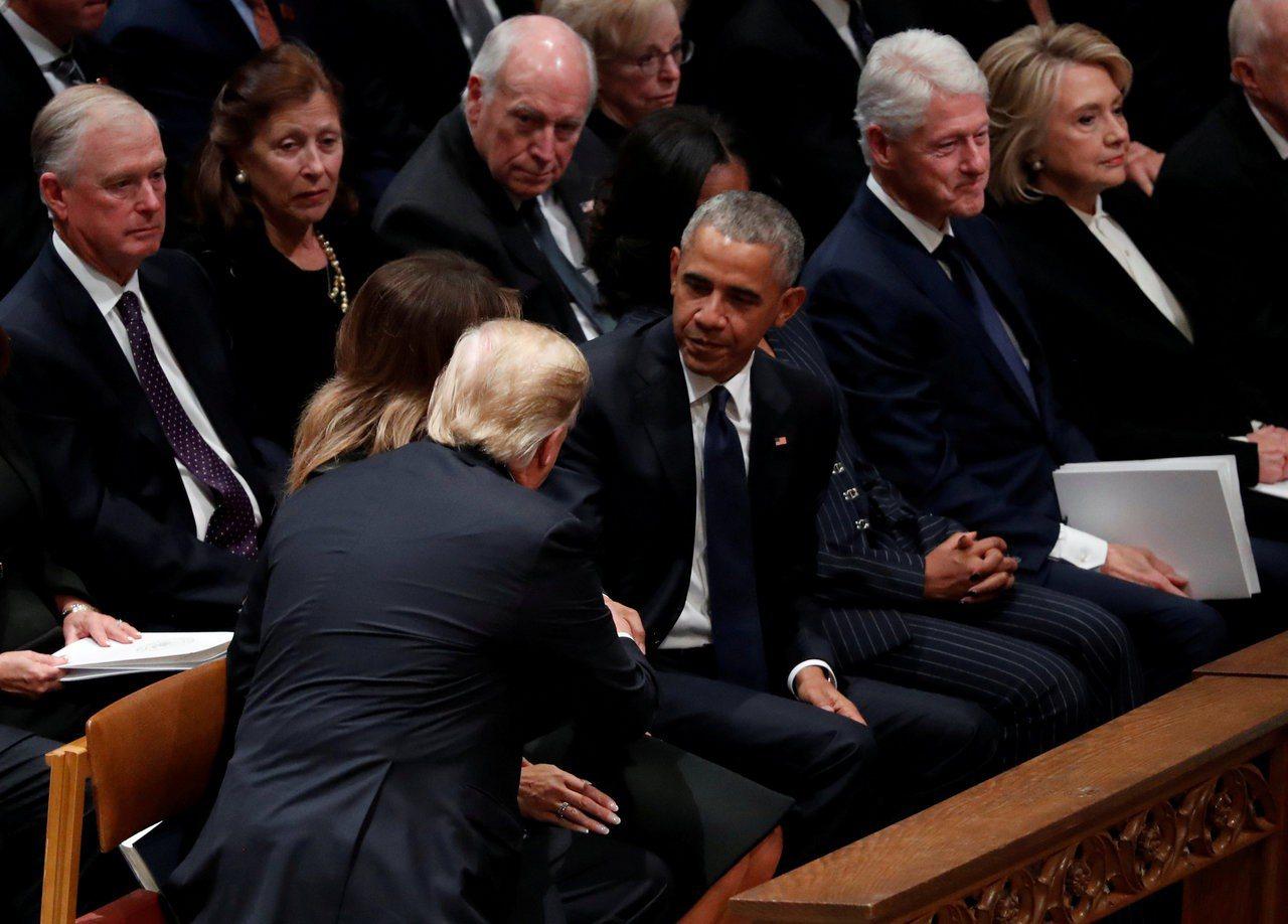 美國總統川普在老布希葬禮上和歐巴馬夫婦握手致意,一旁的希拉蕊柯林頓則是面無表情望...