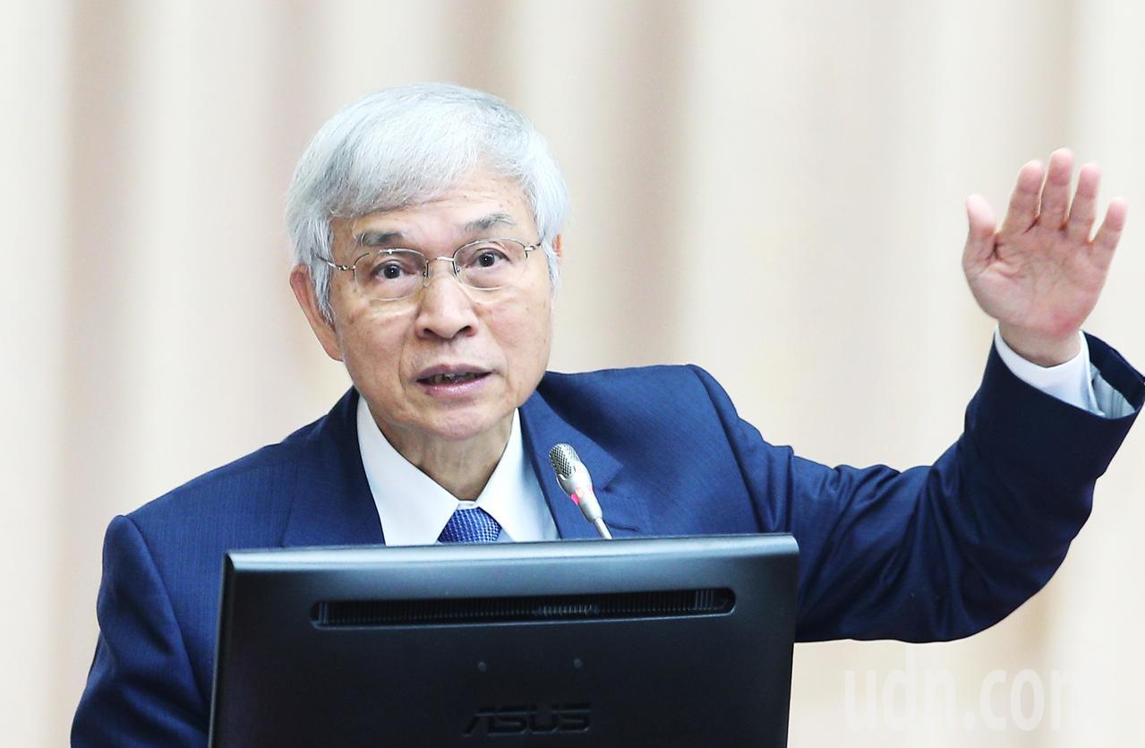 中央銀行總裁楊金龍表示,現在夾娃娃機非常盛行,10元硬幣需求提高。記者陳正興/攝...