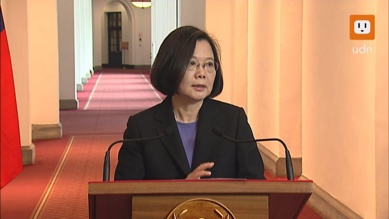 民進黨在九合一選舉大敗,蔡英文總統今天(6日)首度在總統府舉行「迴廊談話」。記者...