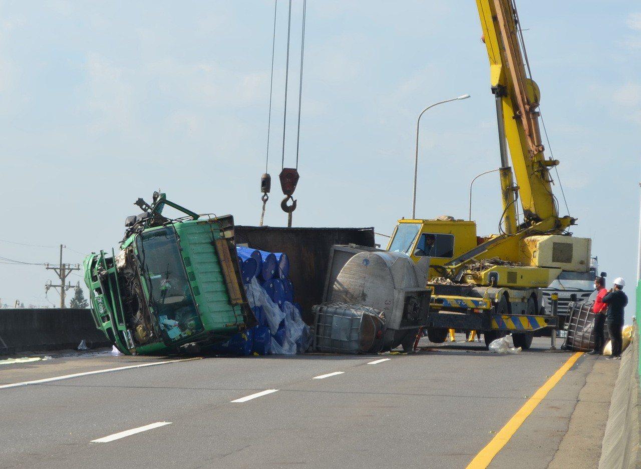 雲林縣東西向快速道路台61線266K台西段,今天上午發生一輛滿載汽油桶的大貨車翻...