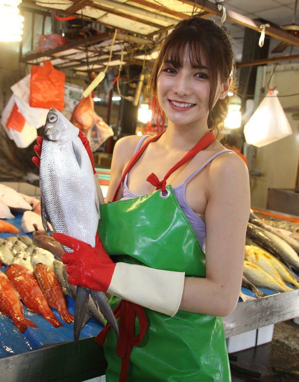 網紅阿澎外型出眾,買魚吸引民眾拍照。記者林敬家/攝影