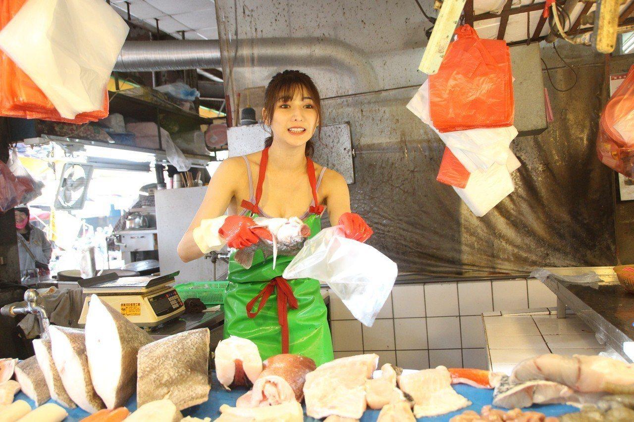 阿澎外型出眾,殺魚、賣魚也相當專業。