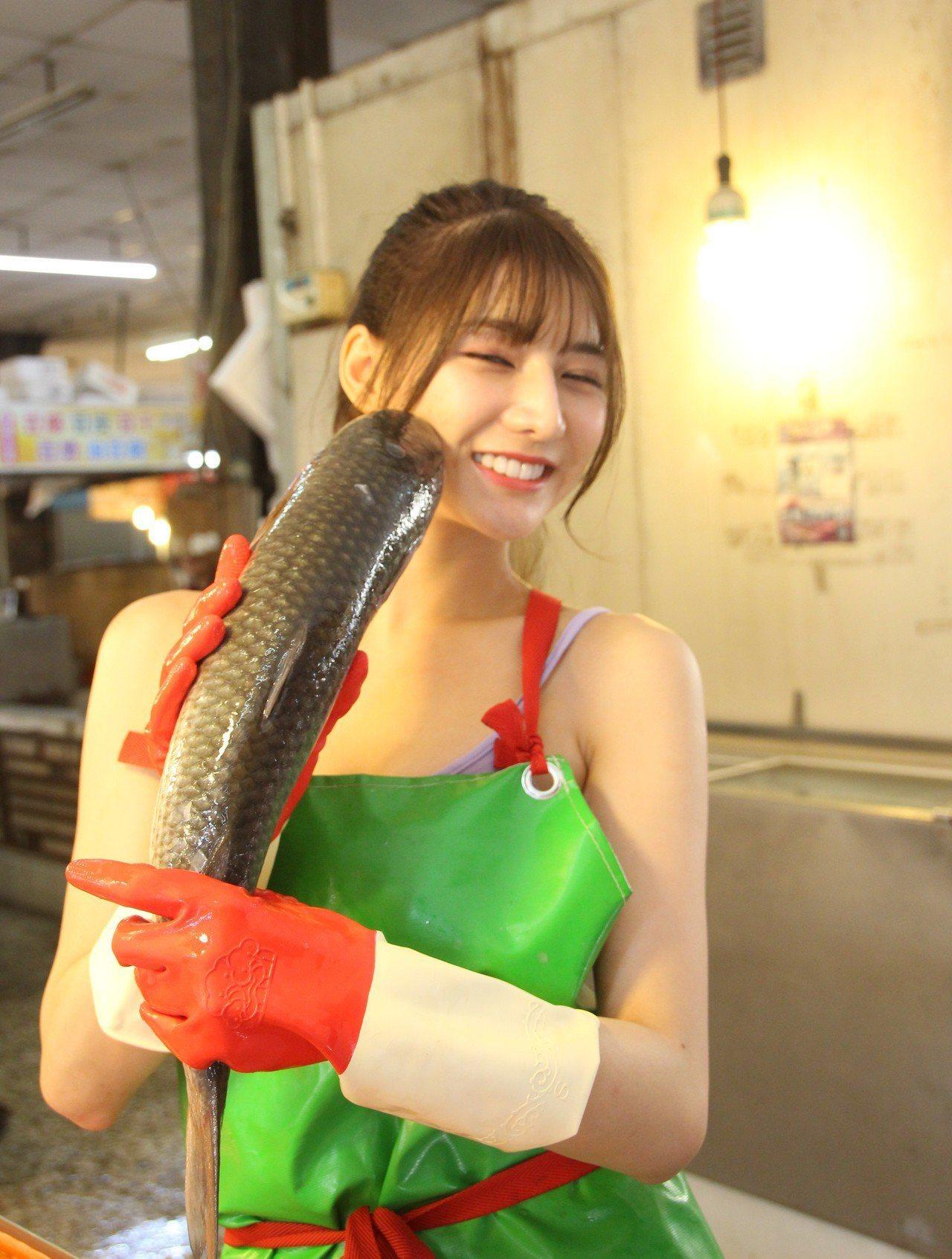 網紅阿澎從國中幫家忙魚攤生意。記者林敬家/攝影