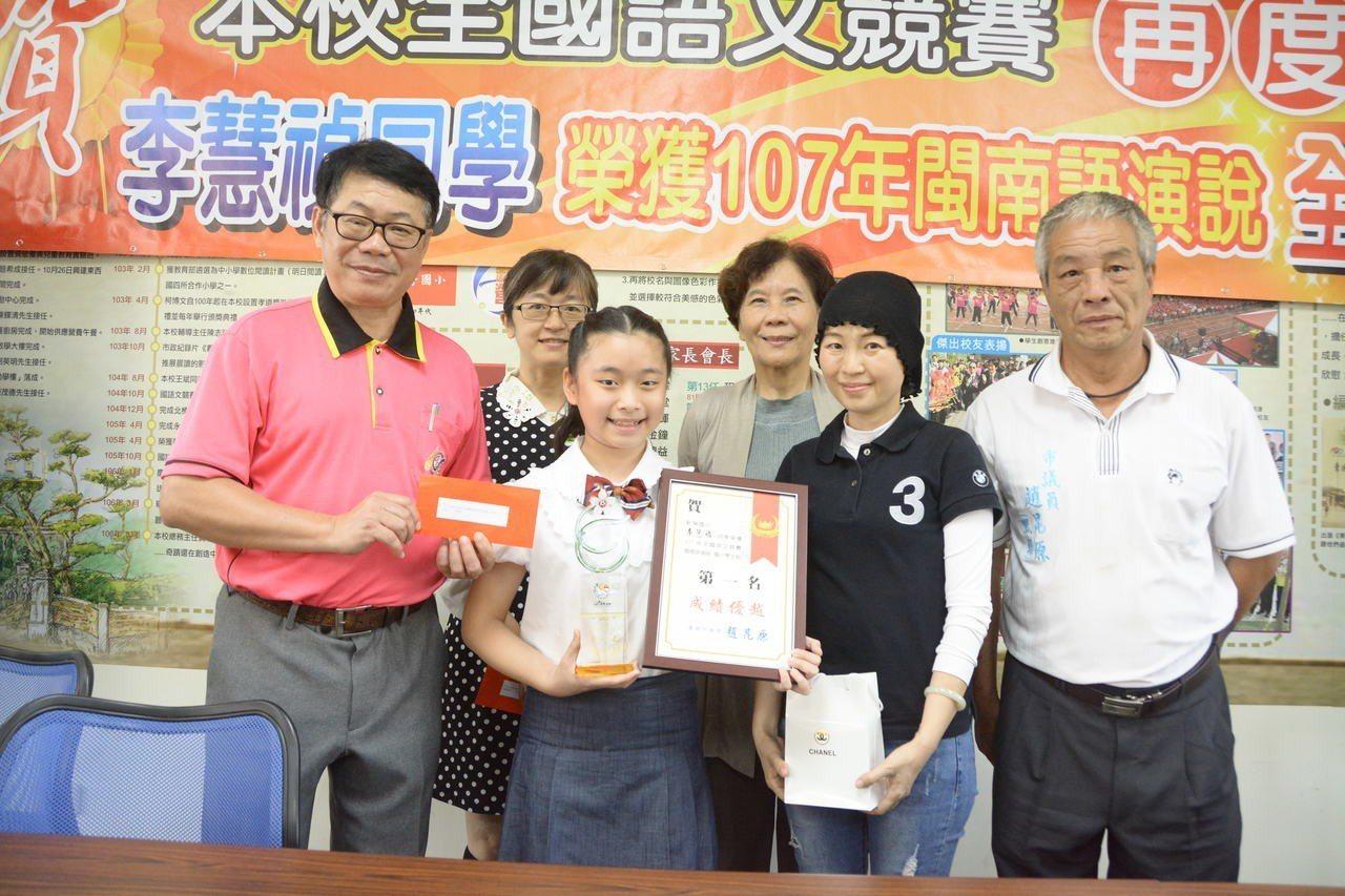 台南市新營國小李慧禎(前排左二)閩南語演說獲全國第一名。記者吳淑玲/攝影
