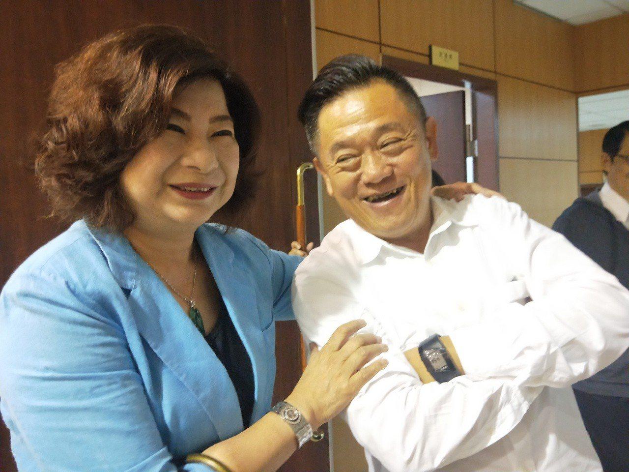 上午議會開臨時會時,議長宋瑋莉出席,開心與議員合照。記者游明煌/攝影