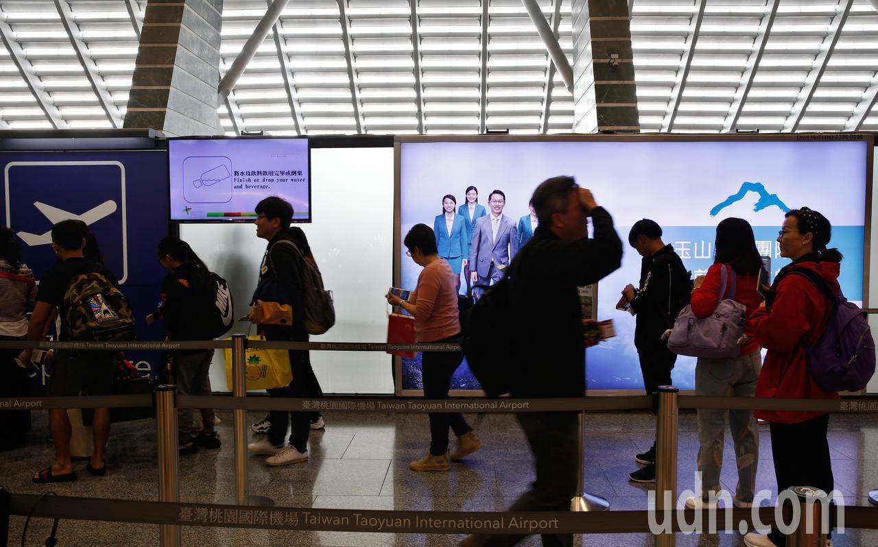 桃園機場公司廣告招商案惹爭議,廣告公司指圖利特定人士,桃園機場公司上午表示,新招...
