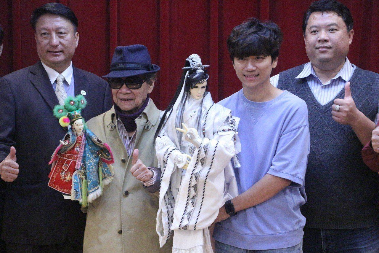 布袋戲大師黃俊雄(左二)與小兒子黃立綱(右二)攜手演出,行銷劍湖山跨年晚會。記者...