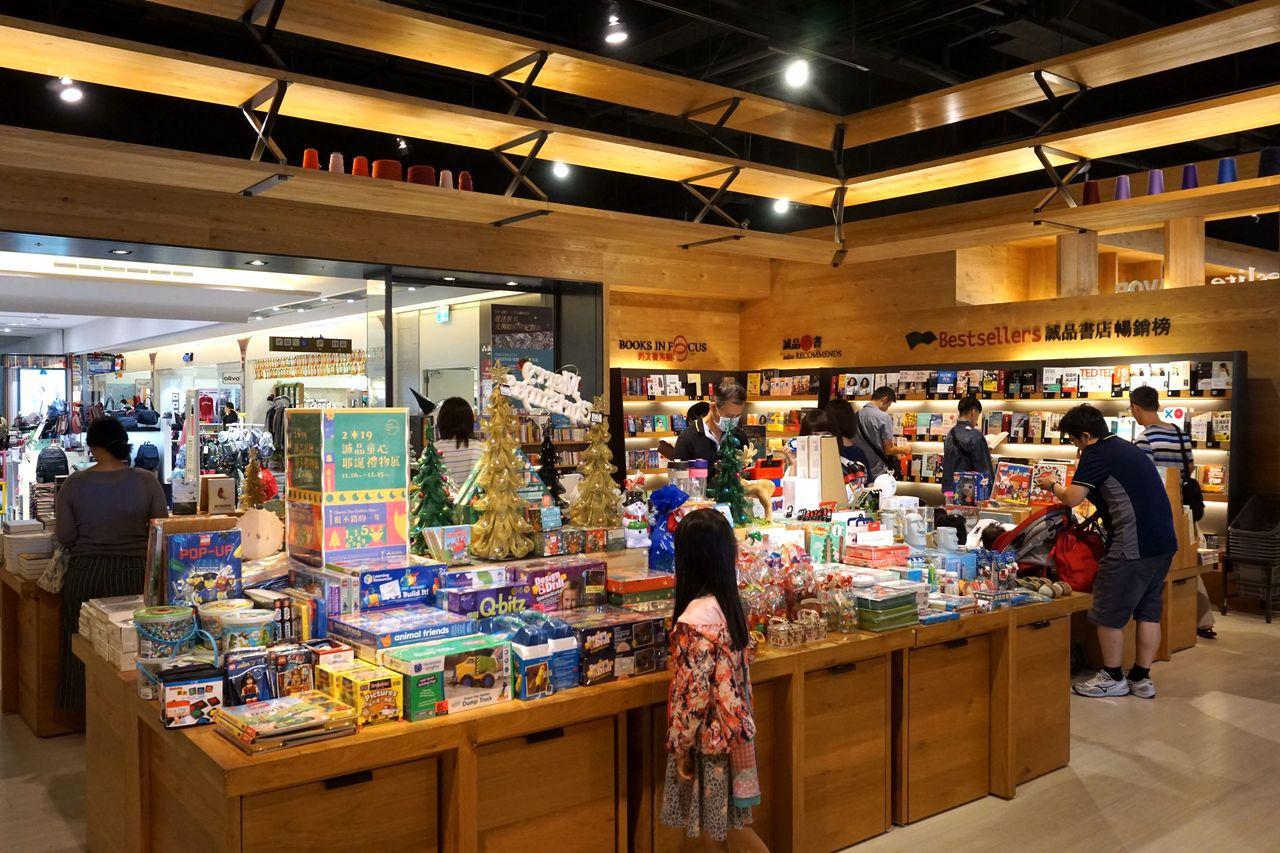 南紡購物中心即日起至25日在二樓誠品書店推出「2019誠品月曆耶卡禮物展」。圖/...