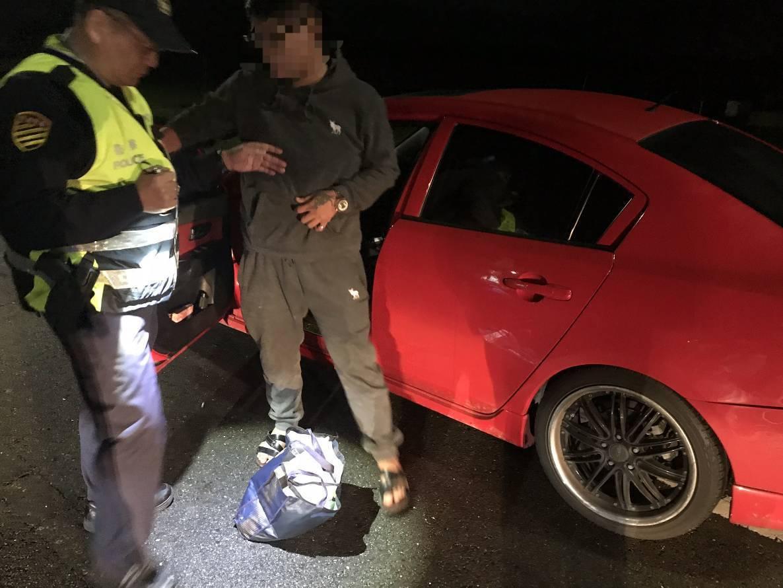 新北市政府警察局金山分局交通分隊員警,今天在潘男車上查獲大袋大陸銀聯卡55張、配...