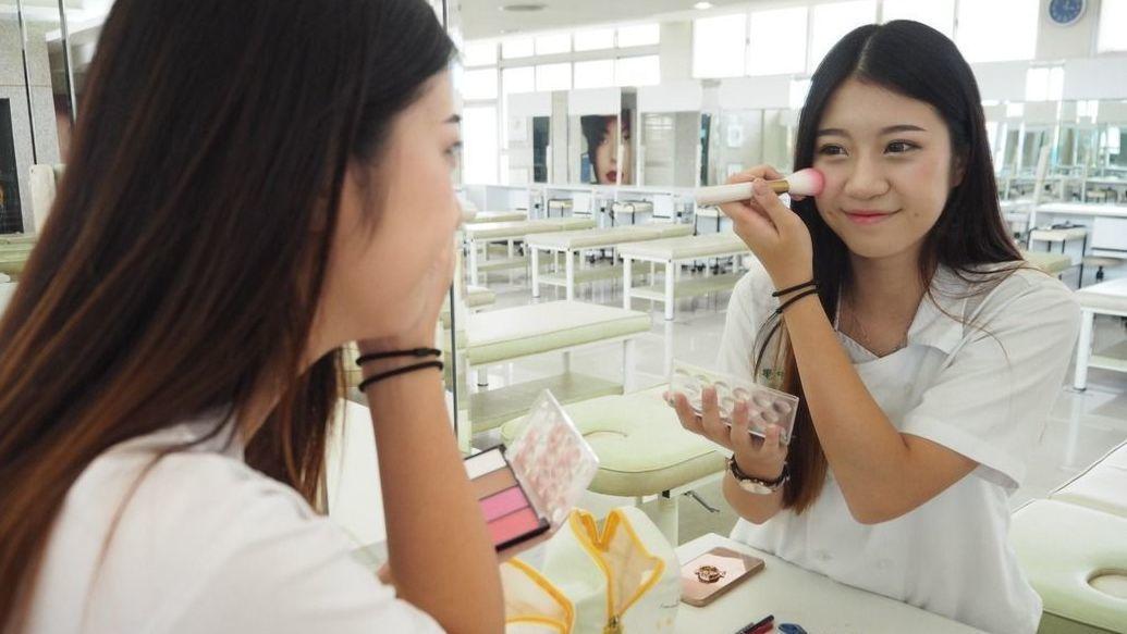 食藥署今預告「輸入化粧品邊境查驗辦法」,當國外發生化粧品品質安全事件,食藥署可依...