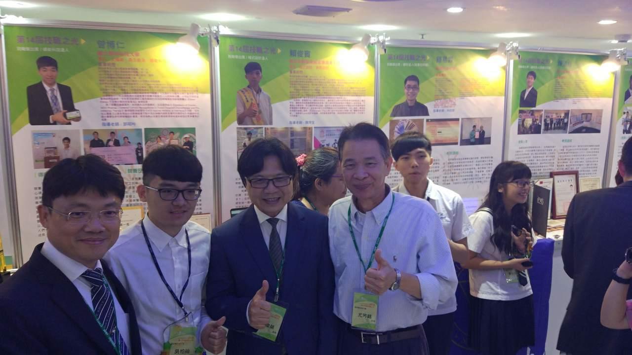 針對台大自主聯盟的邀約,教育部部長葉俊榮(左三)今天下午出席技職之光頒獎典禮時僅...