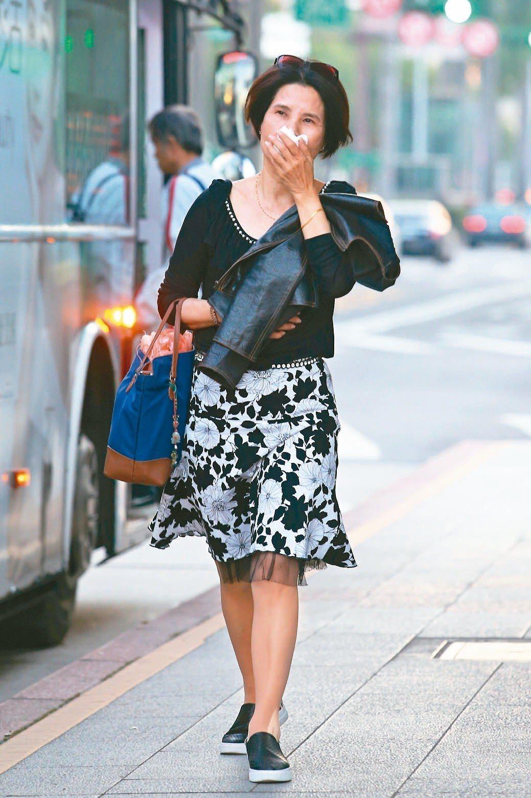 空氣品質糟,不少民眾出門戴口罩掩口鼻。記者葉信菉/攝影