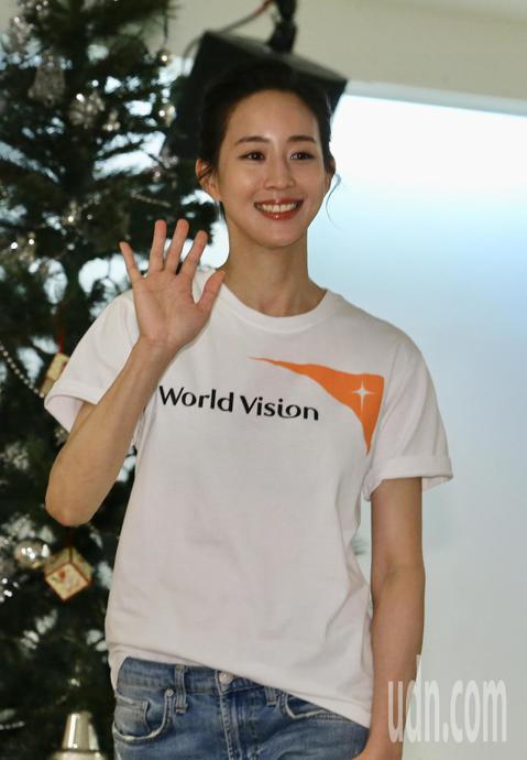 台灣世界展望會資助兒童計畫代言人張鈞甯,下午舉行尼泊爾返國記者會,與媒體記者分享在尼泊爾與孩童之間的相處過程。