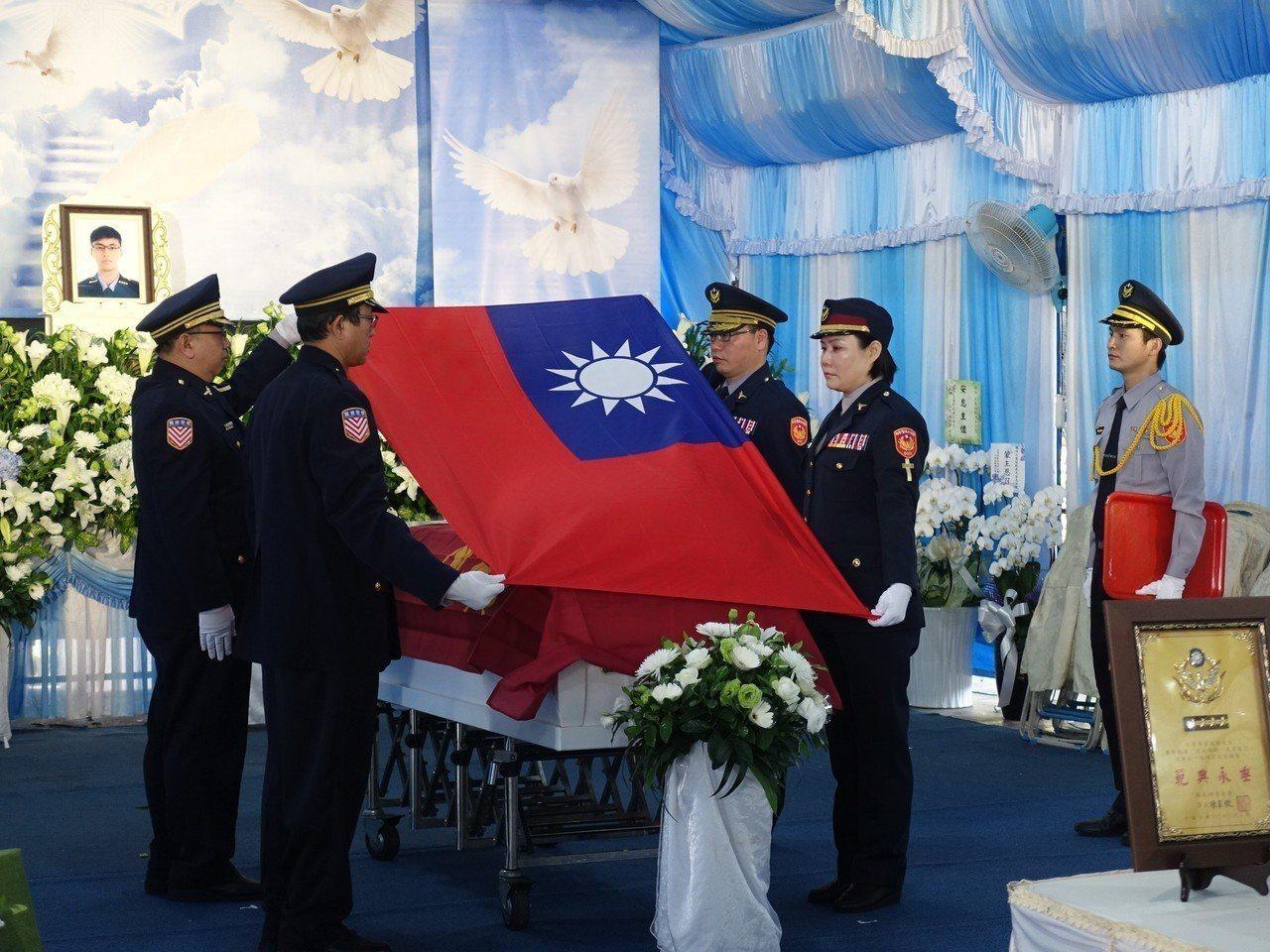 國道警察局各大隊長以中華民國國旗覆棺,致上最高榮譽。記者翁禎霞/攝影
