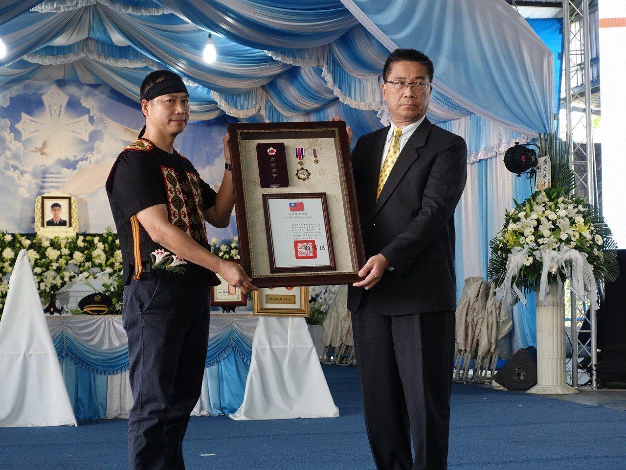 內政部長徐國勇代頒行政院追頒的三等楷模獎章。記者翁禎霞/攝影