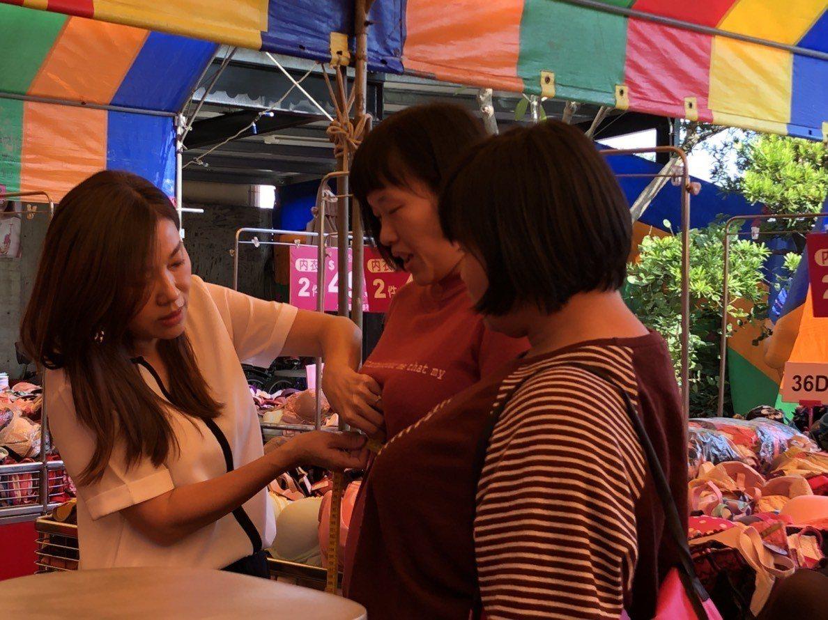 波曼妮亞內衣總監康孟珍指導民眾如何挑選內衣。記者林敬家/攝影