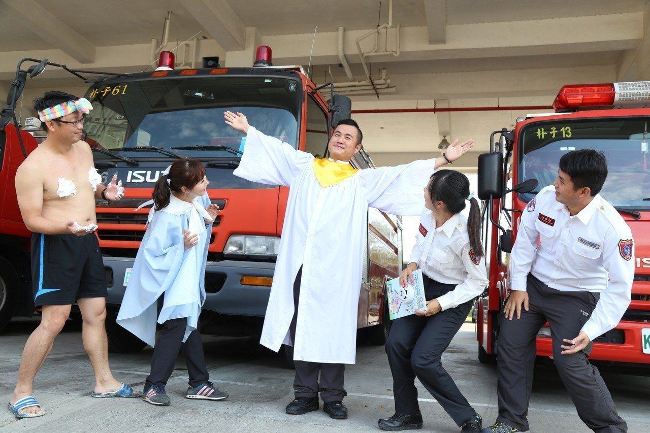 嘉義縣消防局今天上午在朴子市消防局第一大隊,舉行防範一氧化碳中毒短劇宣導,隊員們...