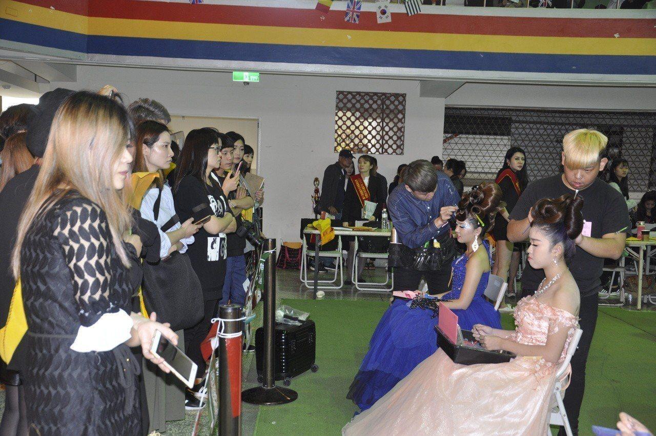 2018年台灣世界盃髮型美容美睫美甲紋繡國際比賽今天開幕,圖為男士剪髮項目情形。...