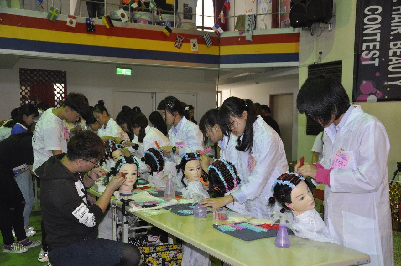 2018年台灣世界盃髮型美容美睫美甲紋繡國際比賽今天開幕,圖為指甲彩繪比賽情形。...
