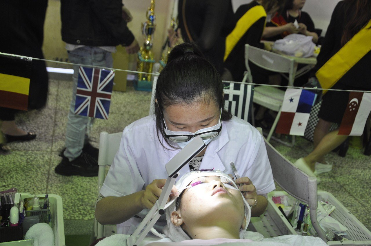2018年台灣世界盃髮型美容美睫美甲紋繡國際比賽今天開幕,圖為熱門的繡眉比賽。記...