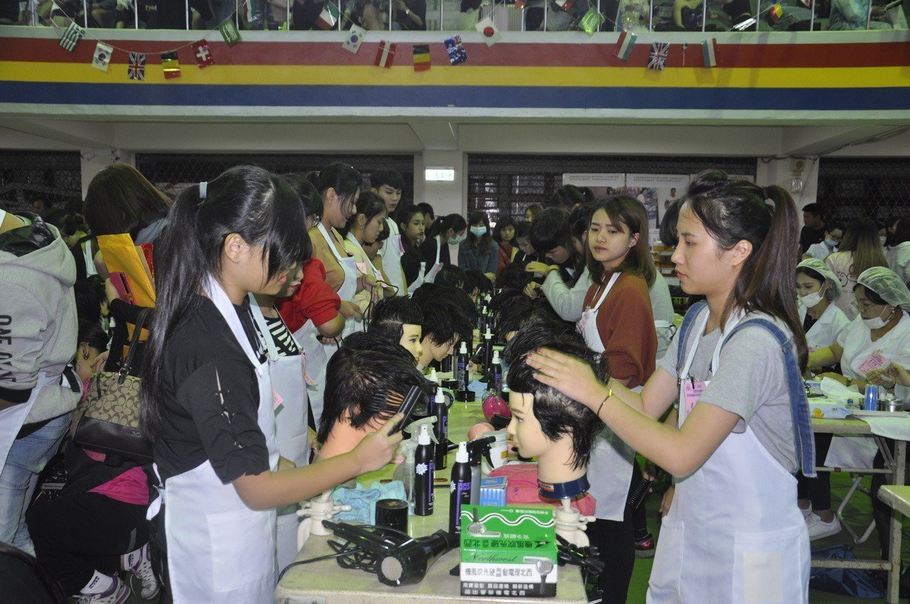 2018年台灣世界盃髮型美容美睫美甲紋繡國際比賽今天開幕,圖為.女生創意髮型比賽...