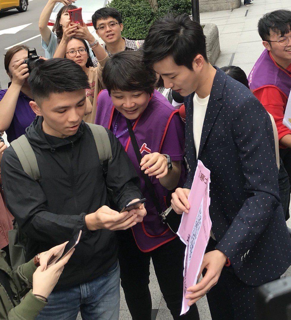 江宏傑走上街頭邀請民眾下載貼圖做公益。記者劉肇育/攝影
