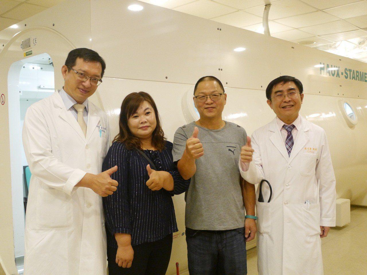 內科教授盧成憲(右一)、高壓氧治療中心主任巫瑞文(左一)與陳姓病友(右二)合影。...