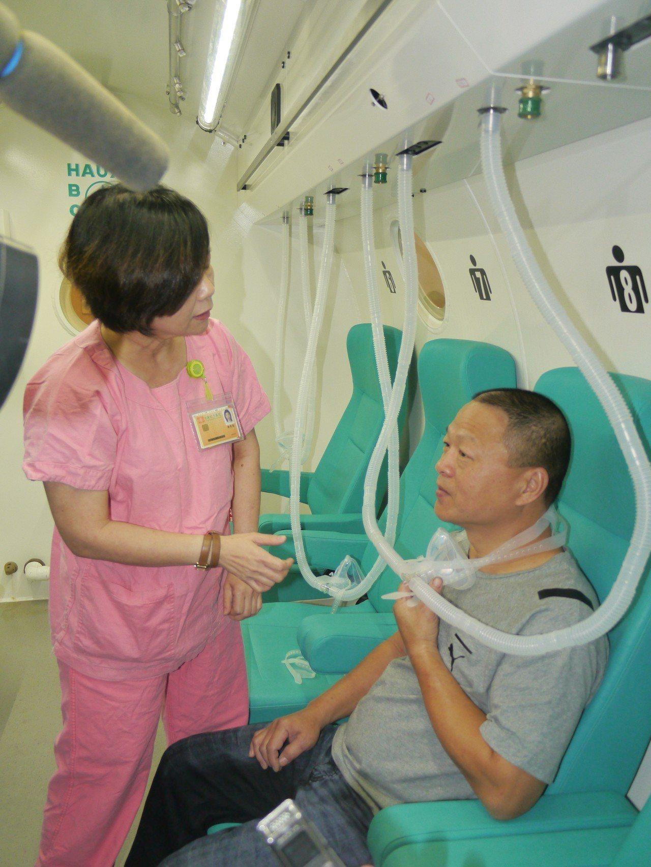 陳姓病友身體已經恢復至九成,在護理人員指導下示範高壓氧艙的治療過程。記者徐白櫻/...