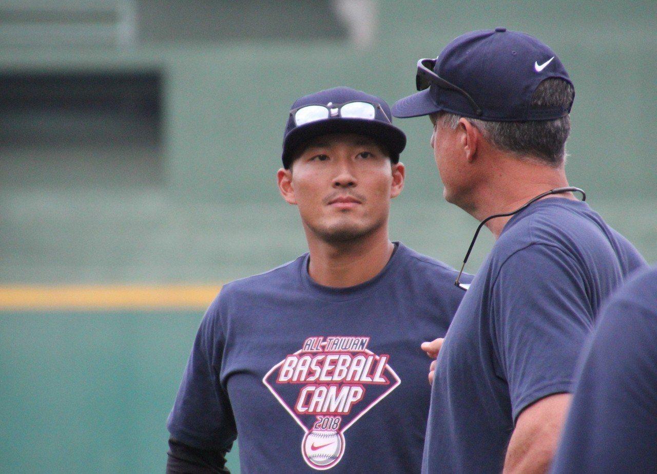 林哲瑄在青棒訓練營指導小球員。記者葉姵妤/攝影